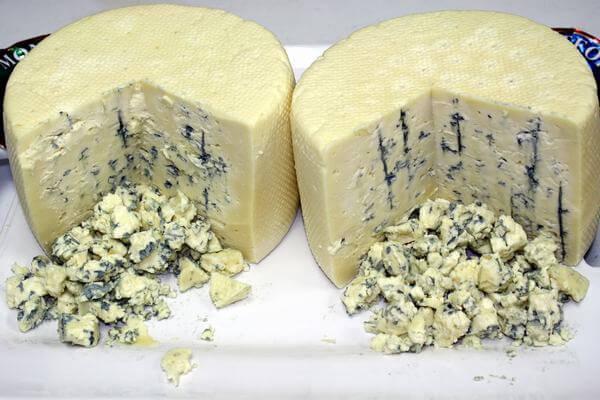 Blue cheese khá đắt, màu đốm xanh lam rất dễ nhận biết