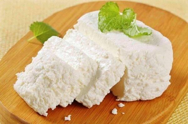 Ricotta cheese có màu trắng tuyết đặc trưng, hơi ngọt, ít béo