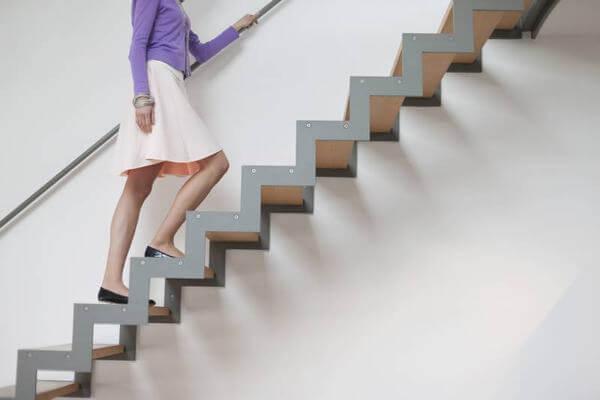 Di chuyển bằng thang bộ khi làm việc giúp đốt cháy mỡ bụng nhanh chóng