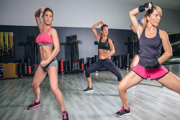 BodyCombat là một bài tập cường độ cao, thực hiện nhiều động tác như đá, đấm, móc chân và các kỹ thuật tự vệ cá nhân (Ảnh: Elle)