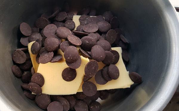 nấu cho đến khi bơ và chocolate tan chảy