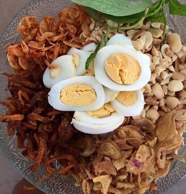 Sơ chế nguyên liệu làm bánh tráng cuốn bơ Sài Gòn