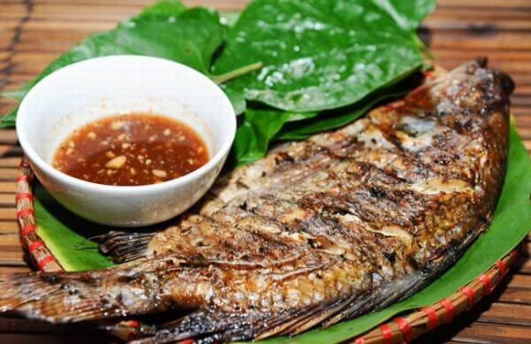 Trang trí cho đĩa cá với một ít rau thơm cho đẹp