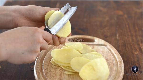 Khoai tây bào bỏ lớp vỏ ngoài, rửa sạch, bào mỏng