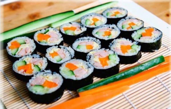 Cách làm cơm cuộn rong biển Hàn Quốc ngon - Rong biển cuộn kimbap tại nhà