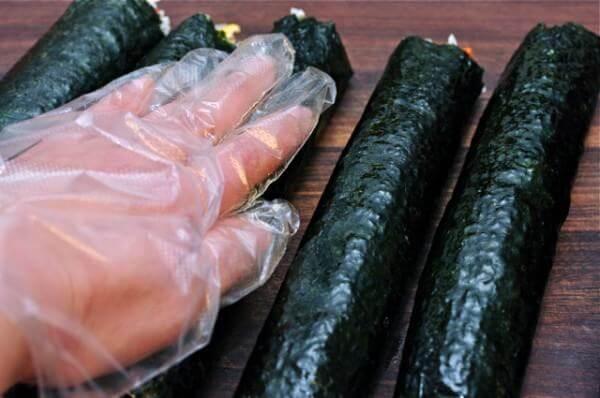 Xoa ít dầu mè lên kimbap