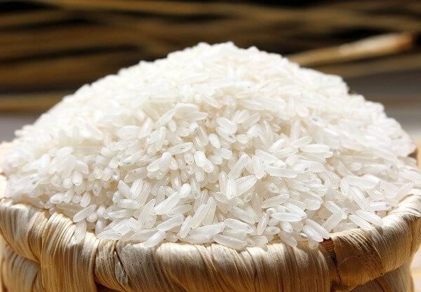Chuẩn bị gạo tẻ ngon cho cách làm mỳ gạo tại nhà