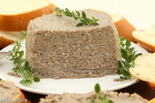 Pate gan heo có thể ăn kèm cùng với bánh mì