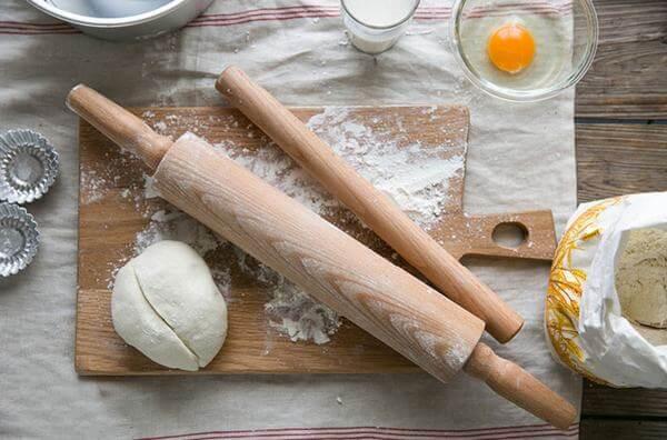 Dùng một cán gỗ để cán bột