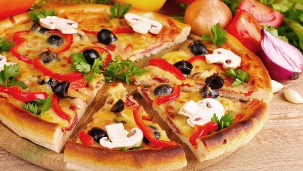 chiếc bánh pizza xúc xích hoàn thành