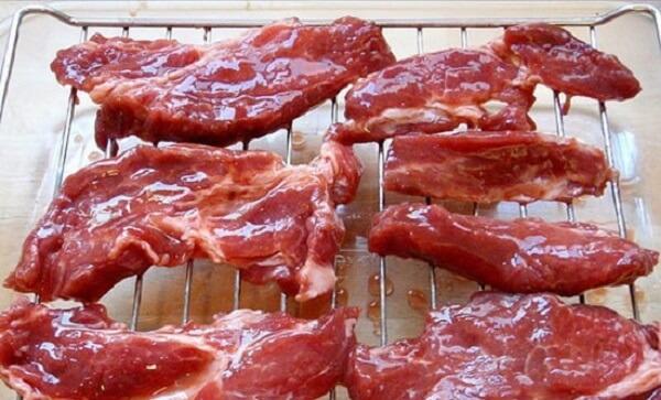 sắp từng miếng thịt lên vỉ nướng