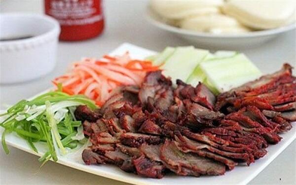 Xá xíu thịt heo có thể ăn kèm với cơm trắng, bánh mì - 4 cách làm thịt xá xíu ngon bằng chảo (không cần lò nướng) theo kiểu người Hoa ăn bánh mì ngon nhất