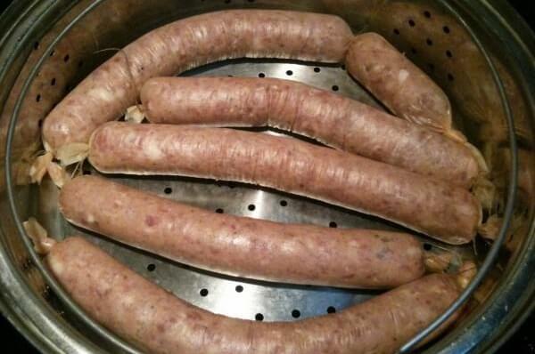 Bạn đem hấp xúc xích trước khi rán hoặc nướng – cách làm xúc xích heo