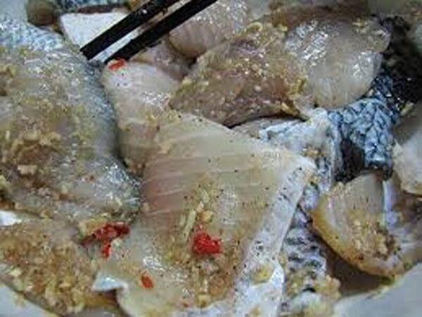 Gỡ xương cá ra khỏi thịt cá