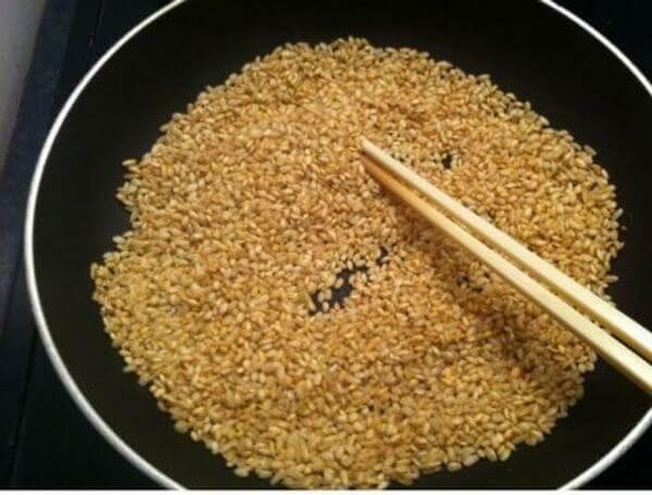 Đem gạo rang qua công thức nấu cháo ếch được ngon và thơm hơn