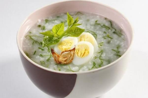 Cách nấu cháo trứng gà rau ngót cho bé