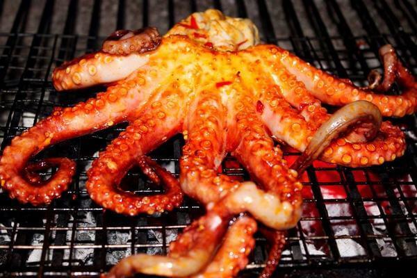 Cách làm bạch tuộc nướng muối ớt – Tiến hành nướng bạch tuộc