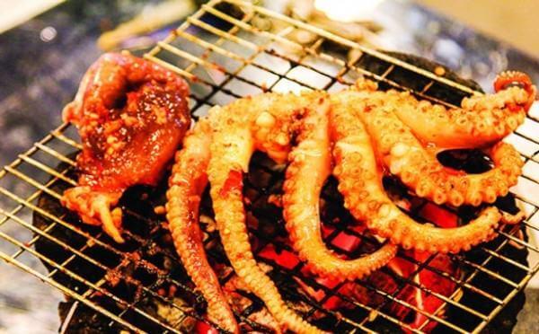 Cách làm bạch tuộc nướng sa tế – Cho bạch tuộc đã ướp đầy đủ gia vị vào nướng
