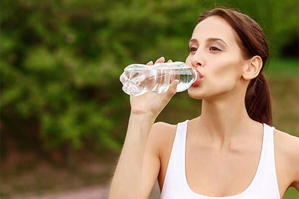 Các bác sĩ đã khuyến cáo nên uống tối thiểu 2 lít nước mỗi ngày (Ảnh: Blog Inspira)