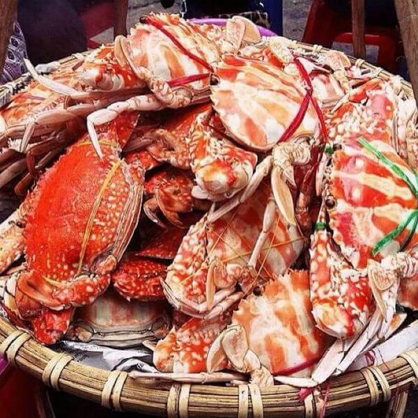 Khách đến quán chủ yếu là người thích hải sản.