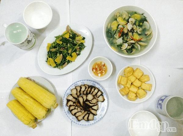 Thịt ba chỉ áp chảo, rau cải xào thơm, canh ngao thơm, đậu phụ rán và ngô tráng miệng