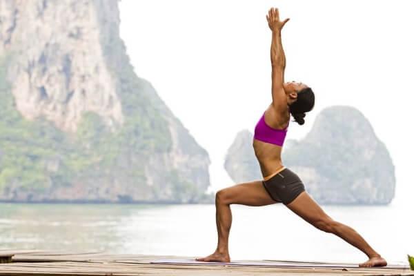 Tư thế chiến binh là tư thế yoga giảm béo có thể đốt cháy mỡ thừa ở các vùng chân, cánh tay và đùi