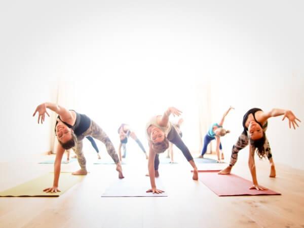 Vinyasa yoga là yoga vận động liên tục