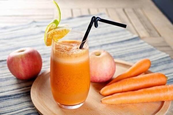 Bạn có thể xay sinh số hoặc ép lấy nước của cà rốt để uống mỗi ngày