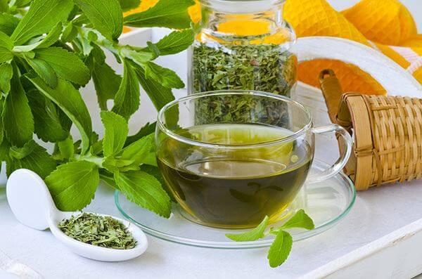Nên uống nhiều nước ép trái cây, trà thảo mộc hoặc thậm chí cafe để giảm cân.