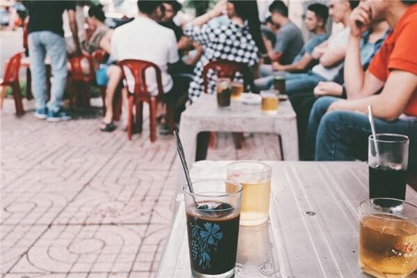 Quán cà phê cóc là hình ảnh quen thuộc trong nếp sống người Việt (Ảnh: Internet)