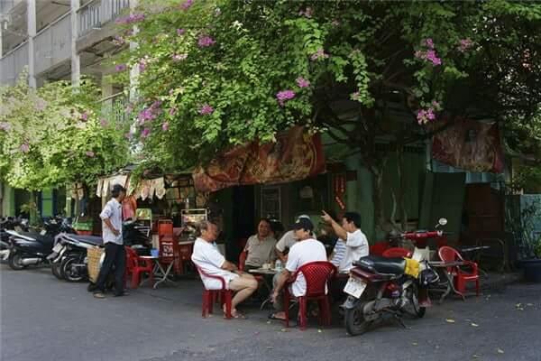 Những hình ảnh quen thuộc trong văn hóa uống cà phê của người Việt (Ảnh: Internet)