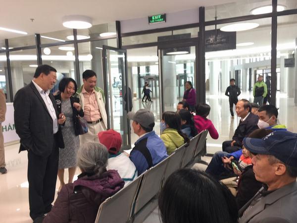 PGS.TS Nguyễn Quốc Anh - Giám đốc bệnh viện thăm hỏi bà con đi khám bệnh