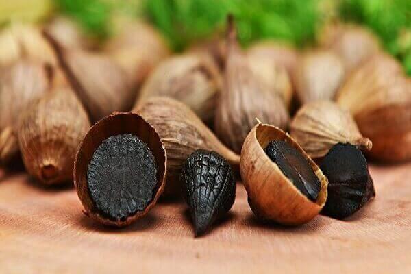 Bạn đợi quá trình ủ tỏi trong khoảng 14 ngày để biến tỏi tươi thành tỏi đen.