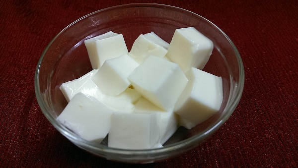 Sữa hoặc sữa chua mẹ nên ăn để bổ sung canxi cho bé