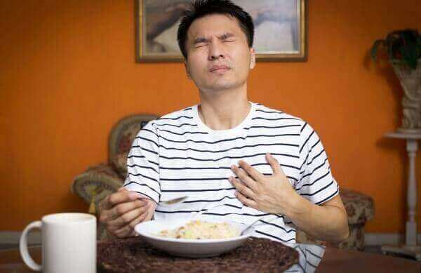 Bệnh trào ngược dạ dày thực quản có những biểu hiện như khó nuốt thức ăn