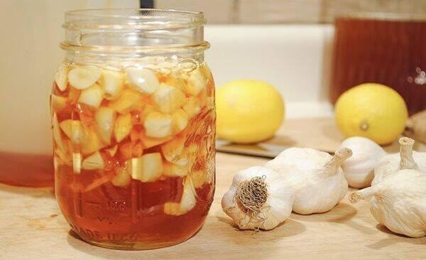 chữa đau dạ dày bằng tỏi đen và mật ong rừng nguyên chất.