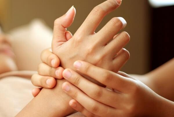 Xoa bóp giúp chữa bị đau bụng đầy hơi, chướng bụng khó tiêu