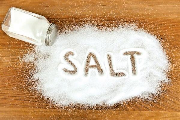 Người bị trào ngược dạ dày nên hạn chế ăn muối