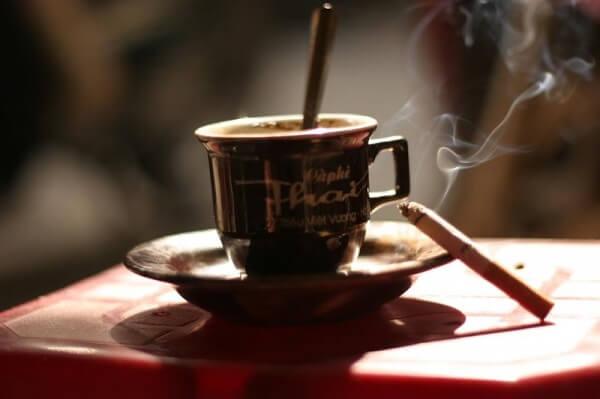 Người bị trào ngược dạ dày không nên uống các chất kích thích, cà phê, rượu bia, thuốc lá