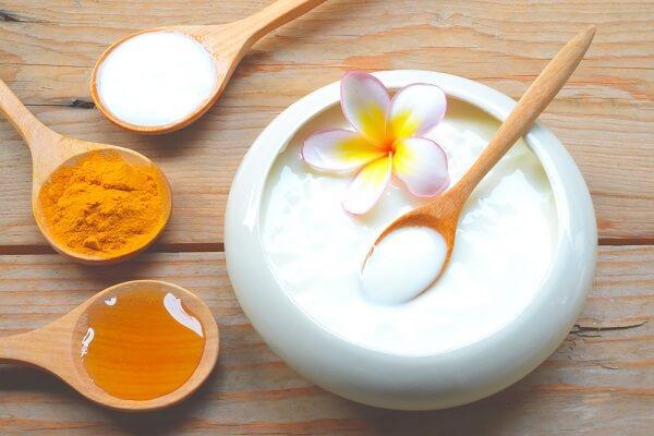 Cách làm trắng da bằng mặt nạ tinh bột nghệ và sữa chua không đường