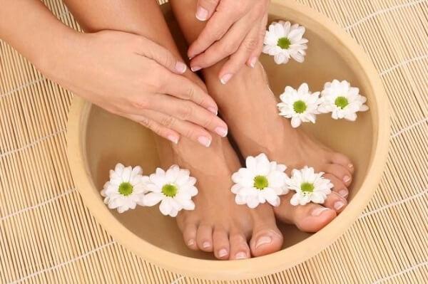 Ngâm chân với nước nóng giúpđiều trị rối loạn tiền đình