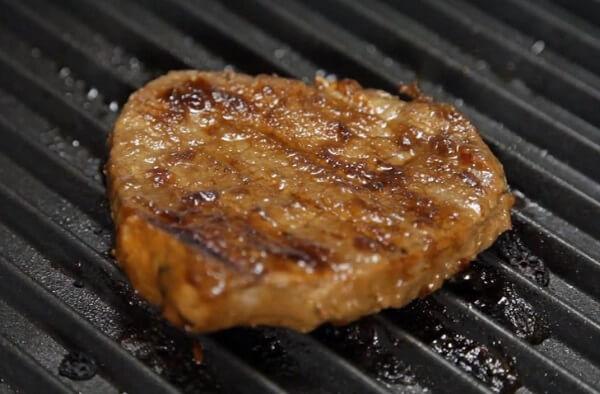 Chiên thịt bò bằng chảo chống dính