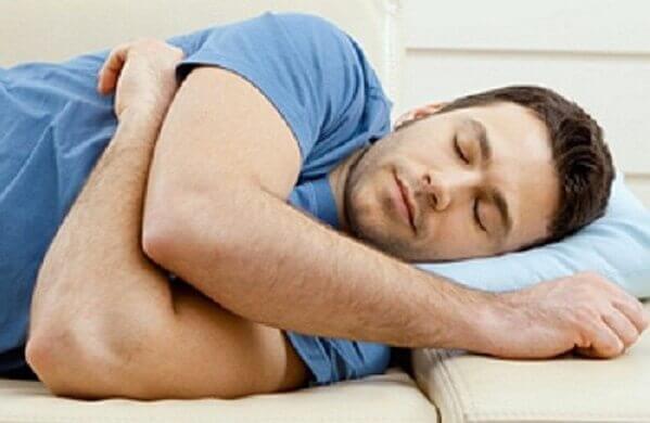 Nằm nghiêng về bên trái - Bị đau bao tử, đau dạ dày phải làm sao giảm đau nhanh, cấp tốc