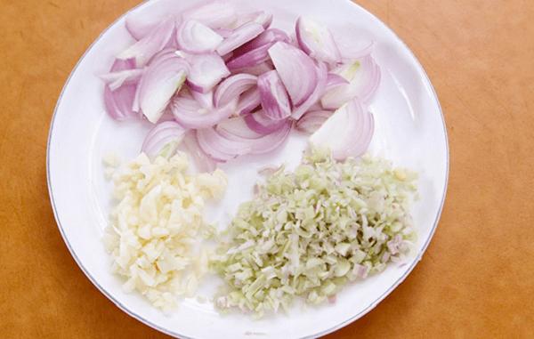 Băm nhuyễn riềng sả - Cách làm thịt chân giò hấp muối tiêu, riêng sả