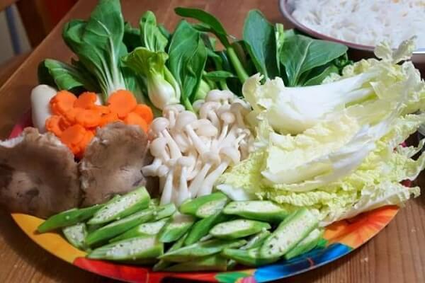 Chuẩn bị rau ăn lẩu - Cách nấu lẩu bò ngon nhất, lẩu bò nấu nấm miền Nam