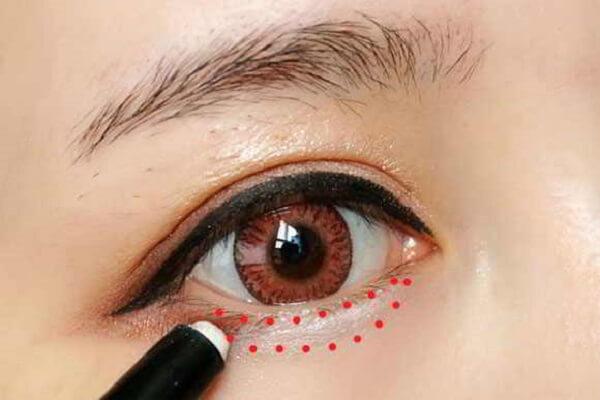 tô màu trắng tô nhẹ nữa đầu mí mắt dưới - Cách trang điểm mắt đẹp tự nhiên