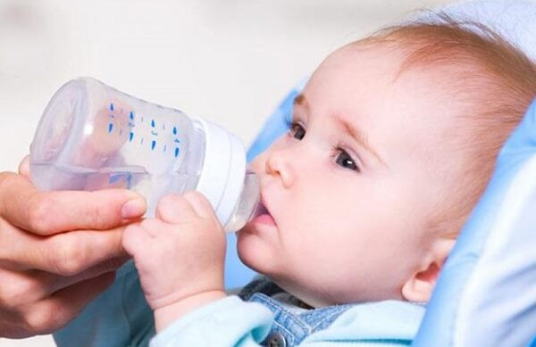 Nếu để trẻ bú nằm, cần kê cao đầu theo tư thế gối nêm - Trào ngược dạ dày ở trẻ sơ sinh, trẻ em 2 tuổi, 3 tuổi, 4 tuổi, 6 tuổi