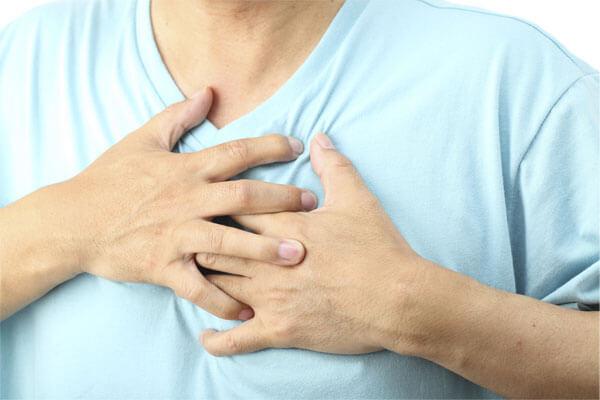 Cơn đau tức vùng ngực - Đau vùng thượng vị từng cơn về đêm lan ra sau lưng, kèm khó thở, buồn nôn