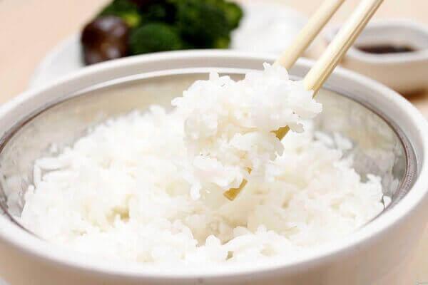 Cơm có tác dụng làm dịu hệ tiêu hóa - Bệnh đau dạ dày nên ăn gì tốt, đau bao tử kiêng ăn thực phẩm nào