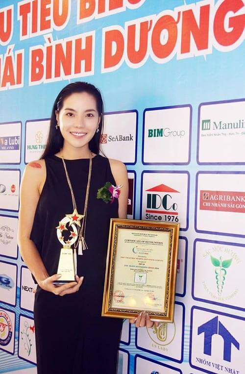 """Chị Luna Nguyễn nhận giải """"Top 10 Thương hiệu tiêu biểu hội nhập Châu Á Thái Bình Dương 2016"""""""